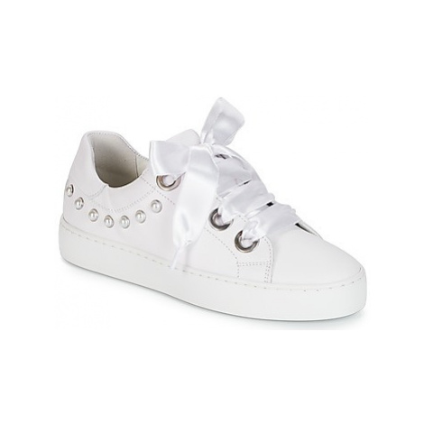 Bullboxer JAKERTAN women's Shoes (Trainers) in White