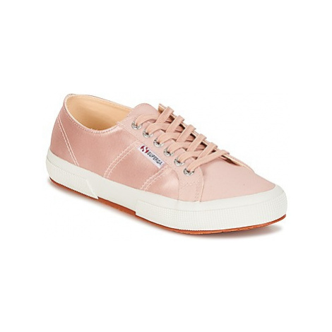 Superga 2750 SATIN W women's Shoes (Trainers) in Pink