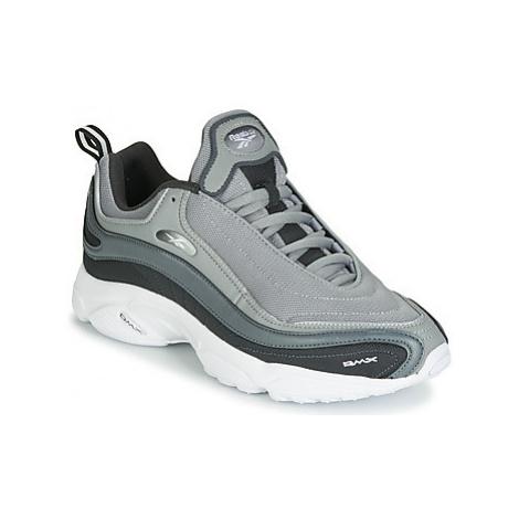 Reebok Classic DAYTONA DMX MU men's Shoes (Trainers) in Grey