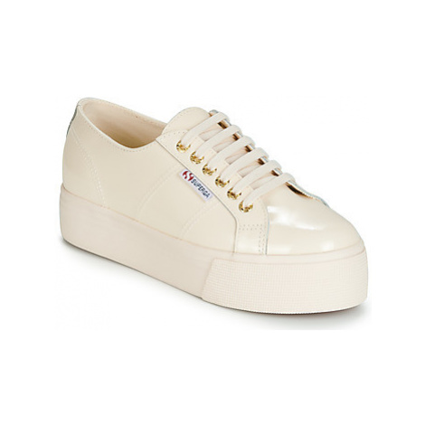 Superga 2790 LEAPATENT women's Shoes (Trainers) in Beige